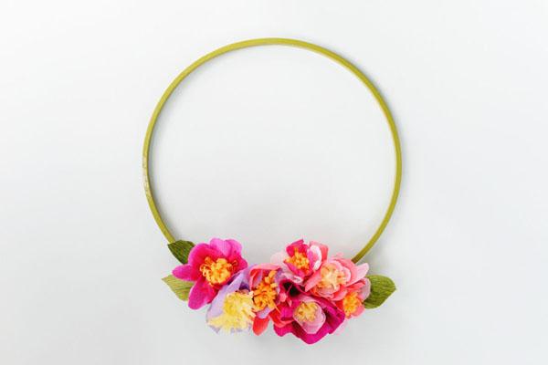Cách làm vòng hoa treo tường bằng giấy rất đơn giản