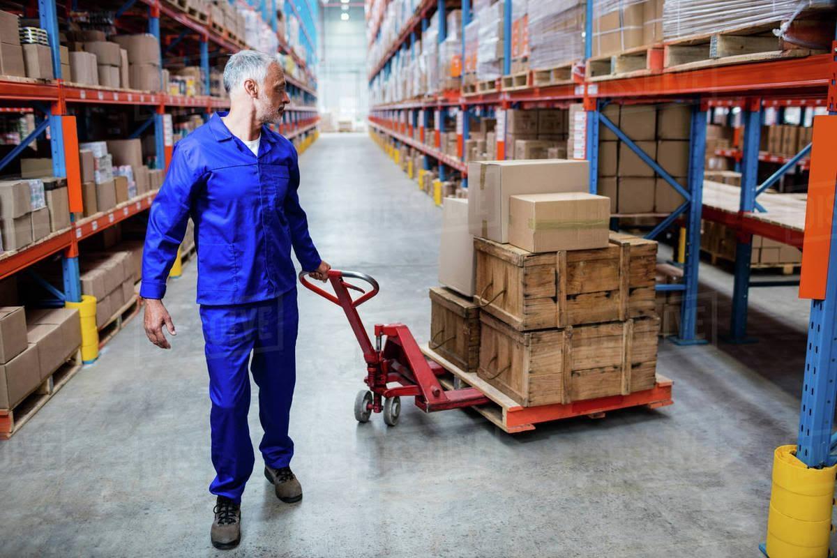 Xe nâng tay giúp việc sắp xếp hàng hóa dễ dàng hơn